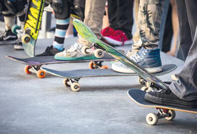 Bild mit Jugendlichen auf Skateboards